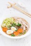 Soppa med glass nudlar, grönsaker och höna, lodlinje royaltyfri foto