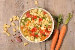 Soppa med grönsaken och pasta fotografering för bildbyråer