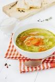 Soppa med grönsaker i en vit bunke Royaltyfria Foton