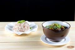 Soppa med nötkött, grönsaker och benbuljong som grund Arkivfoto