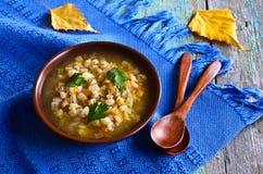 Soppa med pärlemorfärg korn arkivfoton