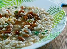 Soppa med pärlemorfärg korn och bönor Arkivfoton