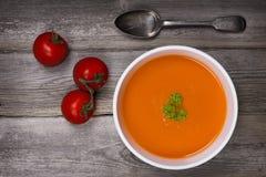 Soppa på den wood tabellen Arkivfoton