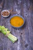 Soppabunke av det fega materielet med nudlar, morötter och gräslöken Arkivbild