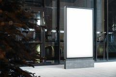 Soppressione il supporto illuminato dell'insegna accanto a costruzione moderna alla notte, la rappresentazione 3d fotografie stock