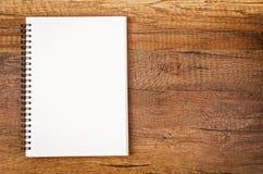 Soppressione lo sketchbook aperto su fondo di legno Fotografie Stock