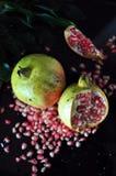 Sopra del melograno fresco su fondo nero Fotografia Stock