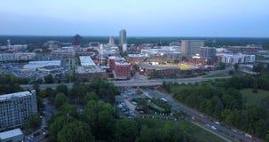 Sopra Durham Carolina Downtown City Skyline del nord al crepuscolo stock footage