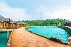 Sopra i bungalow dell'acqua con i punti nella laguna verde stupefacente Fotografie Stock Libere da Diritti