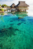 Sopra i bungalow dell'acqua sopra la laguna di corallo stupefacente Fotografia Stock Libera da Diritti