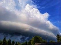 sopra i campi fronteggi la nuvola temporalesca enorme S Fotografia Stock