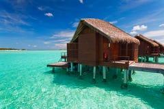 Sopra il bungalow dell'acqua con i punti nella laguna Fotografia Stock Libera da Diritti