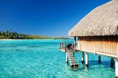 Sopra il bungalow dell'acqua con i punti nella laguna Immagini Stock Libere da Diritti
