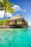 Sopra il bungalow dell'acqua con i punti nella laguna Fotografie Stock