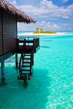 Sopra il bungalow dell'acqua con i punti nella laguna blu Immagine Stock Libera da Diritti