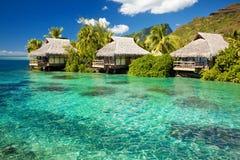 Sopra il bungalow dell'acqua con i punti nella laguna stupefacente Fotografia Stock