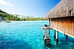 Sopra il bungalow dell'acqua con i punti nella laguna stupefacente Immagini Stock