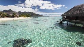 Sopra il bungalow dell'acqua con i punti nella laguna tropicale video d archivio