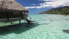 Sopra il bungalow dell'acqua con i punti nella laguna tropicale archivi video