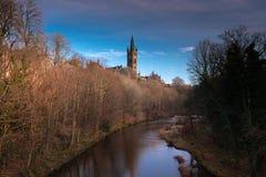 Sopra il fiume alle costruzioni dell'università con il Sun di sera in Glasgow Scotland fotografia stock libera da diritti
