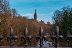 Sopra il fiume alle costruzioni dell'università in Glasgow Scotland fotografie stock libere da diritti