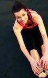 Sopra il punto di vista della donna che allunga i tendini del ginocchio sul pavimento Immagine Stock Libera da Diritti
