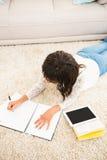 Sopra il punto di vista della donna che lavora al pavimento Fotografia Stock