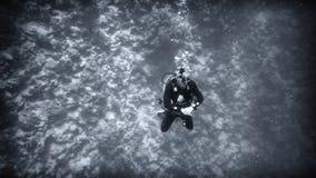 Sopra l'abisso, un operatore subacqueo sotto acqua fotografia stock libera da diritti