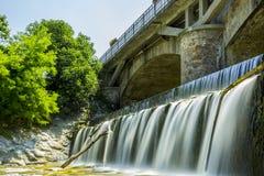 Sopra la diga, sotto il ponte immagine stock libera da diritti