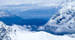 Sopra la foto di viaggio di Zugspitze delle nuvole - più alto picco di Germany's Immagine Stock Libera da Diritti