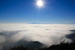 Sopra la nebbia Immagini Stock