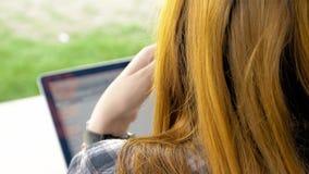 Sopra la spalla della giovane donna con capelli rossi Immagini Stock Libere da Diritti