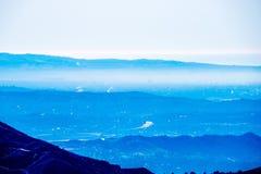 Sopra la vista degli strati delle montagne Fotografia Stock