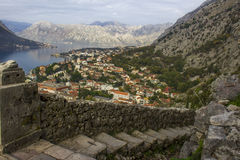 Sopra la vista del paesaggio della città in Cattaro, il Montenegro fotografia stock
