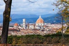 Sopra la vista della cattedrale sopra le case a Firenze Fotografia Stock