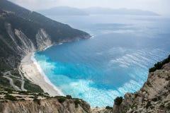 Sopra la vista della spiaggia famosa di Myrtos sull'isola greca Kefalonia immagine stock