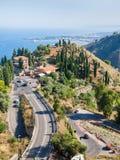 Sopra la vista della strada alla città di Tairmina, la Sicilia Fotografie Stock