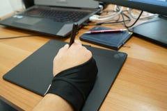 Sopra la vista della tavola dei grafici di uso del progettista della mano dell'uomo con il touch screen fotografie stock
