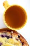 Sopra la vista della tazza di tè e di una torta Immagini Stock