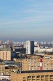 Sopra la vista delle case in megalopoli fotografia stock