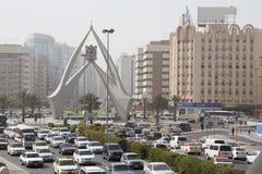 Sopra la vista di traffico stradale e della torre di orologio della rotonda fotografie stock