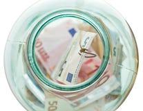 Sopra la vista soldi di risparmio di pesca di euro dal vaso Fotografia Stock