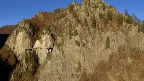 Sopra le montagne e la strada stock footage