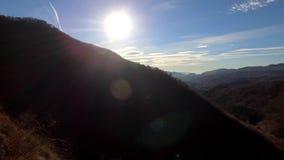 Sopra le montagne e la strada video d archivio