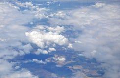 Sopra le nuvole con l'aeroplano sopra la Romania Fotografie Stock Libere da Diritti