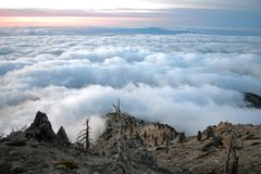 Sopra le nuvole dalla cima di un picco Fotografia Stock