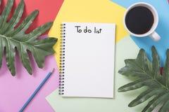 Sopra lo spazio in bianco per fare il taccuino della lista con la tazza di caffè e della foglia Immagine Stock