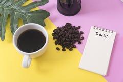 Sopra lo spazio in bianco per fare il taccuino della lista con la tazza di caffè e della foglia Immagini Stock