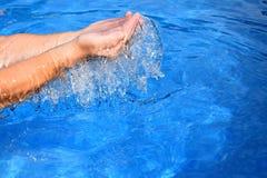 Sopra lo stagno dell'acqua di straripamento delle mani dell'essere umano due Fotografie Stock Libere da Diritti