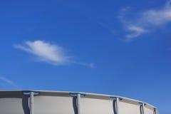 Sopra lo stagno ed il cielo blu a terra Immagini Stock
